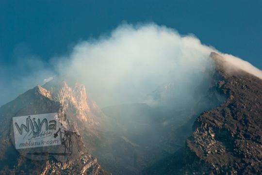 foto puncak kawah gunung merapi dilihat dari kali talang balerante kemalang klaten jawa tengah pada zaman dulu april 2018