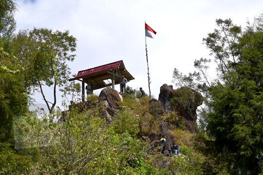 foto dari puncak bukit ratapan angin di kawasan telaga warna dieng