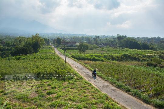 pemandangan gunung merapi dari kompleks situs purbakala candi sari di cepogo boyolali pada zaman dulu Agustus 2017