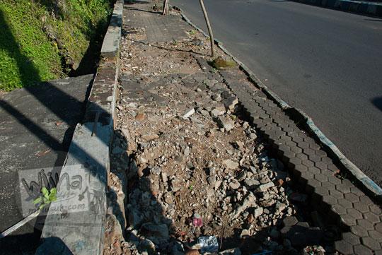 foto trotoar rusak trunojoyo di kota batu pada April 2017