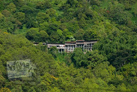foto vila terbengkalai dikelilingi hutan di kota batu pada April 2017