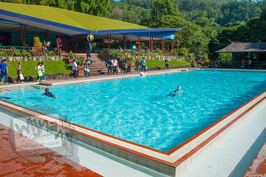 foto kolam renang dewasa songgoriti di kota batu pada April 2017