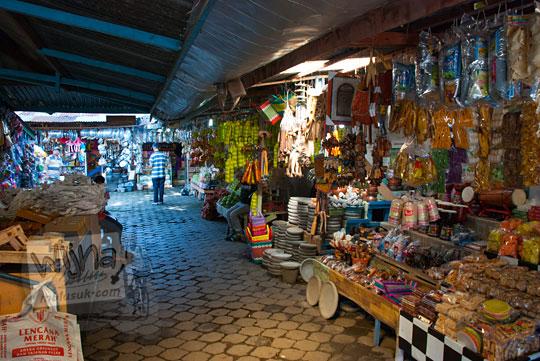 foto kios oleh-oleh di pasar songgoriti kota batu pada April 2017