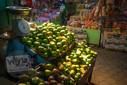 foto kios jeruk pasar songgoriti di kota batu pada April 2017