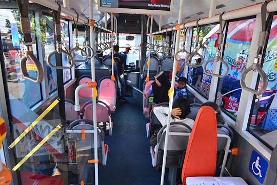 suasana di dalam suroboyo bus