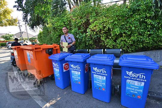 bak sampah plastik tempat menampung ongkos botol plastik bekas suroboyo bus