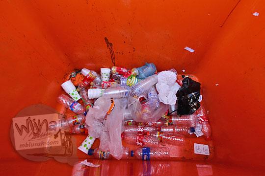 isi bak botol plastik bekas suroboyo bus