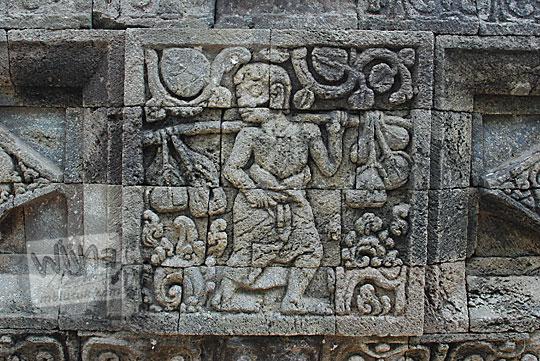 panel relief pedagang candi perwara tegowangi kediri
