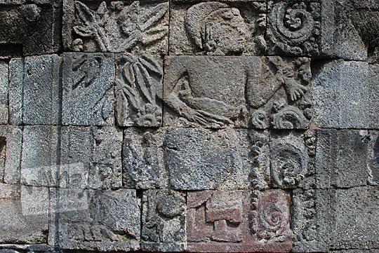 panel relief bangsawan candi perwara tegowangi kediri
