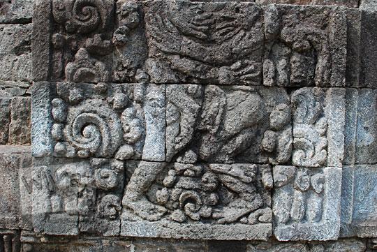 panel relief berpelukan candi perwara tegowangi kediri