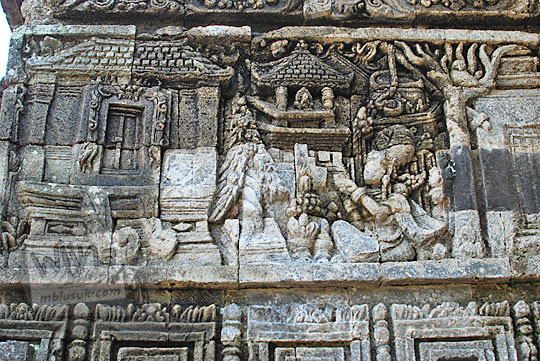 relief kisah sudamala yang menampilkan tokoh kunti yang sedang berdoa di candi tegowangi