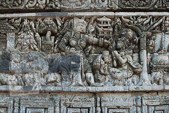 relief kisah sudamala yang menampilkan tokoh durga ra nini mengancam kunti di candi tegowangi