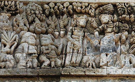 relief kisah sudamala yang menampilkan tokoh kunti membawa paksa sadewa di candi tegowangi