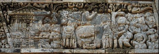 relief kisah sudamala yang menampilkan tokoh sadewa diikat pohon di candi tegowangi