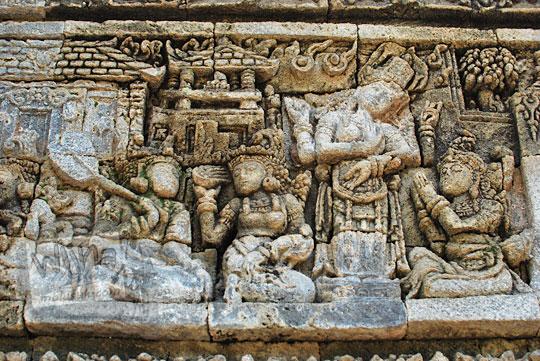 relief kisah sudamala yang menampilkan tokoh batara guru datang membantu sadewa di candi tegowangi