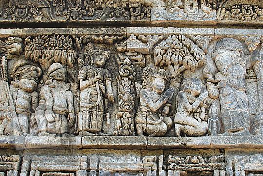 relief kisah sudamala yang menampilkan tokoh sudamala berangkat ke pertapaan prangalas di candi tegowangi