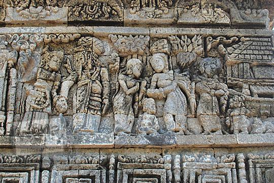 relief kisah sudamala yang menampilkan tokoh bagawan tambapetra menjamu sudamala di candi tegowangi