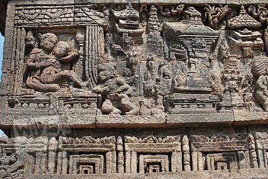 relief kisah sudamala yang menampilkan adegan percintaan sudamala dan ni padapa di candi tegowangi