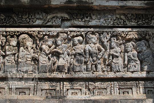 relief kisah sudamala yang menampilkan tokoh sadewa pulang berjumpa dengan kunti dan pandawa di candi tegowangi