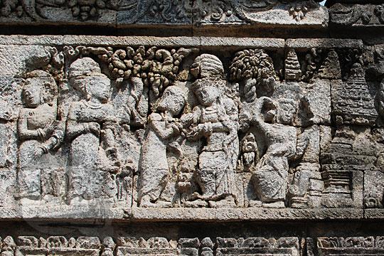 relief kisah sudamala yang menampilkan tokoh menantu kunti yaitu ni soka dan ni padapa di candi tegowangi