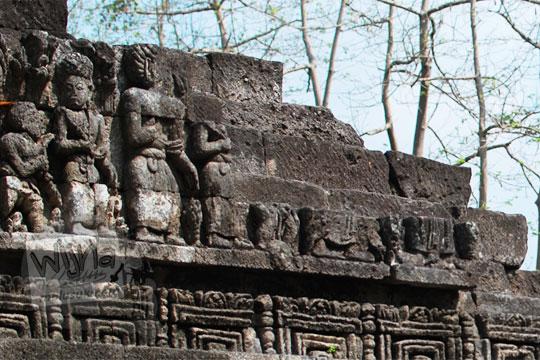 relief kisah sudamala yang menampilkan tokoh-tokoh yang tidak utuh di candi tegowangi