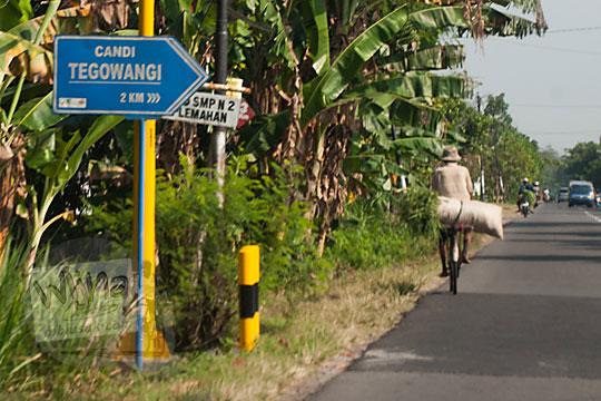 bentuk lokasi papan petunjuk arah ke candi tegowangi pinggir jalan raya di Kediri Jawa Timur pada zaman dulu September 2016
