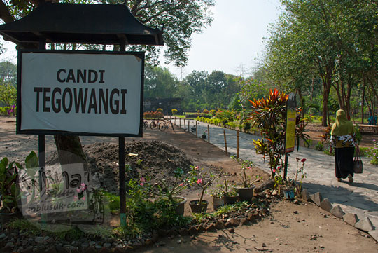 jalan setapak dan papan nama candi tegowangi di Kediri Jawa Timur pada zaman dulu September 2016