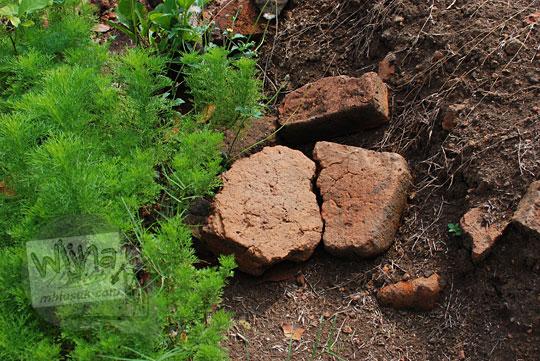 batu bata kuno berserakan di halaman dalam candi tegowangi di Kediri Jawa Timur pada zaman dulu September 2016