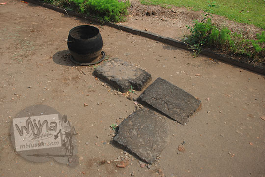 batu andesit masih terpendam tanah di halaman candi tegowangi di Kediri Jawa Timur pada zaman dulu September 2016