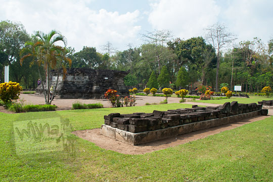 kumpulan koleksi batu candi belum disusun di halaman candi tegowangi di Kediri Jawa Timur pada zaman dulu September 2016