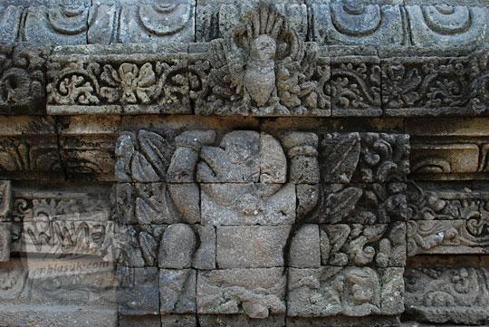 relief garuda di dinding kaki candi tegowangi di Kediri Jawa Timur pada zaman dulu September 2016