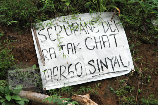 spanduk susah sinyal sepurane ora tak chat di tepi jalan raya desa purwosari girimulyo kulon progo yogyakarta pada desember 2018