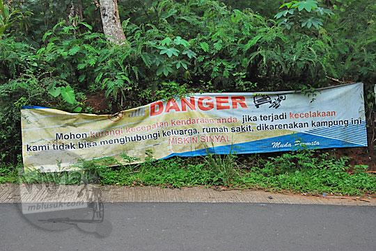 spanduk danger susah sinyal di tepi jalan raya desa purwosari girimulyo kulon progo yogyakarta pada desember 2018