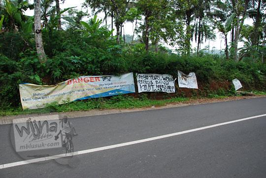 warga dusun tegalsari memasang berbagai spanduk lucu susah sinyal di tepi jalan raya desa purwosari girimulyo kulon progo pada desember 2018