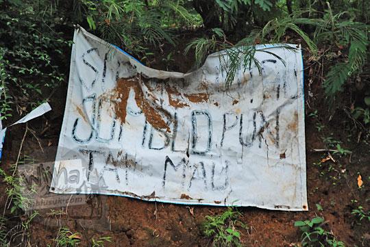 spanduk susah sinyal jomblo pun tak mau di tepi jalan raya desa purwosari girimulyo kulon progo yogyakarta pada desember 2018