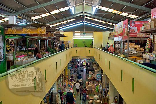pemandangan lantai dua pasar wates kulon progo pada zaman dulu Desember 2016