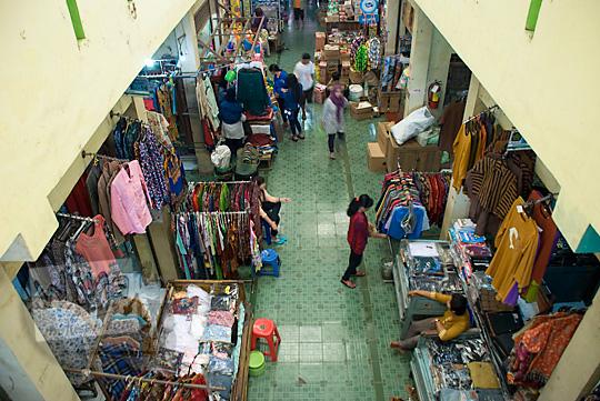pemandangan lantai satu los pakaian pasar wates kulon progo pada zaman dulu Desember 2016