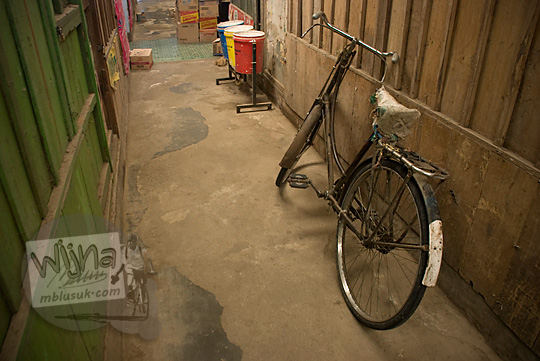 sepeda onthel tua diparkir gang sepi pasar wates kulon progo pada zaman dulu Desember 2016