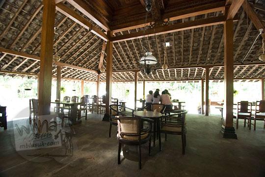 suasana dalam pendopo tempat bersantap rumah makan kopi kenteng di kecamatan nanggulan kulonprogo yogyakarta