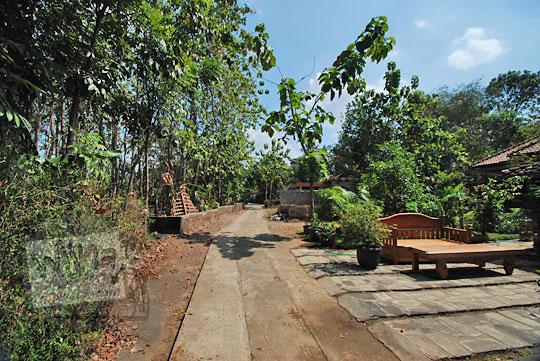 jalan desa menuju rumah makan kopi kenteng di kecamatan nanggulan kulonprogo yogyakarta