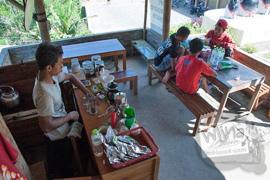 suasana warung kopi menoreh mas win di area parkiran puncak suroloyo zaman dulu pada Mei 2017