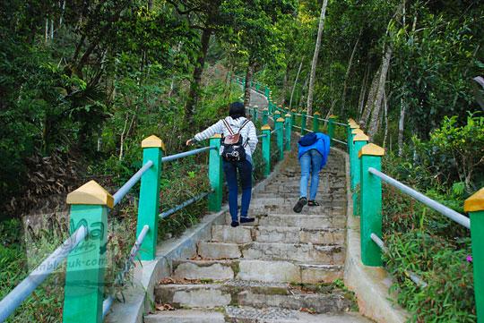 perempuan naik tangga puncak suroloyo