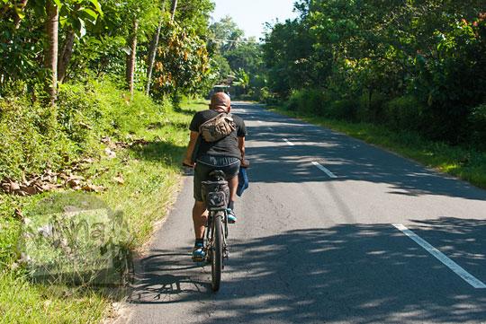 pria bersepeda jalan raya kalibawang ngluwar