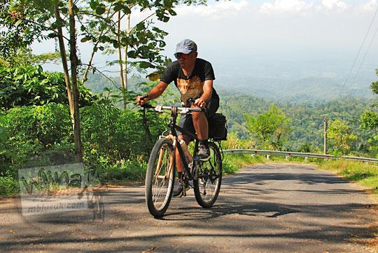 bersepeda tanjakan terjal puncak suroloyo