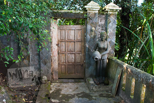 patung wanita guci penjaga sendang kawidodaren suroloyo