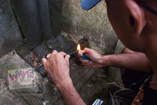 ritual membakar dupa sendang kawidodaren suroloyo