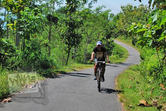 foto pria baju hitam bersepeda ke suroloyo