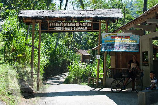 foto gerbang masuk wisata curug watu jengger samigaluh kulon progo yogyakarta