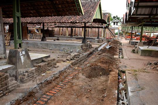 pembuatan selokan saluran air ketika renovasi pasar kenteng nanggulan pada zaman dulu agustus 2018