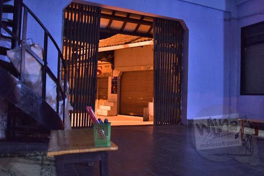 suasana gelap di warung nasi bakmi jawa bu cas di depan pintu masuk terminal wates